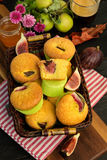 Булочки с свежими смоквами в корзине, на таблице Стоковая Фотография RF