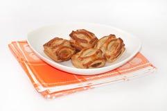 Булочки с сливк шоколада на оранжевой скатерти кухни Стоковые Изображения RF