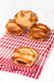 Булочки с сливк шоколада на скатерти кухни Стоковые Фото