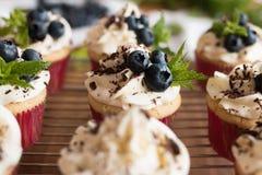 Булочки с сливк, шоколадом, мятой и голубиками Стоковая Фотография RF