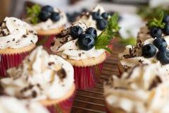 Булочки с сливк, шоколадом, мятой и голубиками Стоковое Изображение RF