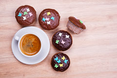 Булочки с чашкой кофе на деревянной земле Стоковые Фото