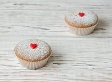 2 булочки украшенной с красными сердцами Стоковое Изображение