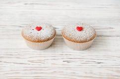 2 булочки украшенной с красными сердцами Стоковая Фотография
