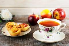 Булочки чашки чаю и розы яблока форменные Стоковое Изображение RF