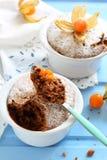 Булочки шоколада в керамических формах взбрызнутых с напудренным сахаром Стоковые Изображения