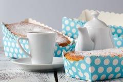 Булочки шоколада и ванили, бумажные булочки держатель, коробка булочек Стоковое фото RF