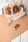 Булочки шоколада с кусками шоколада в корзине Стоковые Фото