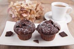 2 булочки шоколада с чашкой чаю Стоковая Фотография RF