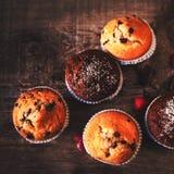Булочки шоколада темные на деревянной предпосылке с напудренным сахаром Стоковая Фотография