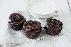 Булочки шоколада украшенные с сливк Стоковые Фотографии RF