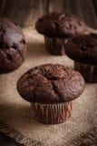 Булочки шоколадного торта на таблице Стоковые Изображения RF