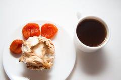 Булочки Eggnog с кофе и абрикосами Стоковая Фотография