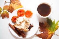 Булочки Eggnog с кофе и абрикосами Стоковое Изображение RF