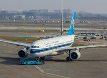 Будучи отбуксированным воздушные судн China Southern Airlines Стоковая Фотография RF