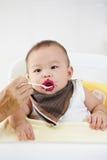 Будучи поданным младенец Стоковые Изображения