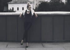 Будущая идея проекта моды улицы - женщина чужеземца в космосе стоковая фотография rf