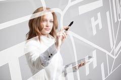 Будущая технология, навигация, концепция положения Женщина показывая прозрачный экран с картой навигатора gps Стоковое Фото