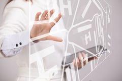 Будущая технология, навигация, концепция положения Женщина показывая прозрачный экран с картой навигатора gps Стоковые Фотографии RF