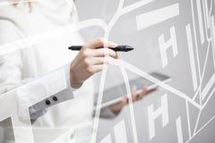 Будущая технология, навигация, концепция положения Женщина показывая прозрачный экран с картой навигатора gps Стоковые Фото