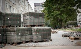 Булыжники на паллетах Ремонты дороги многоквартирных домов в стоковое фото