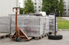Булыжник обернутый в пластмассе вымощая на деревянных паллетах стоковое изображение rf