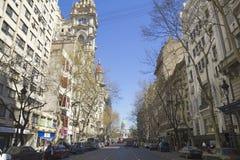 Бульвар в мае в Буэносе-Айрес стоковые изображения