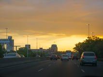 Бульвар генерала Paz в столице Буэноса-Айрес на заходе солнца Стоковое фото RF