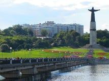 будьте матерью взгляда Чувашии памятника около залива, моста и зданий Стоковые Фото