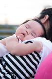 Будьте матерью держать ее newborn младенца в сексуальном платье пока она спало Младенец спит на ее плече матери на крыше Стоковые Фотографии RF