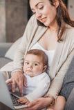 Будьте матерью зернокомбайна заботы ` s ребенка и удаленной деятельности дома Стоковое Изображение RF
