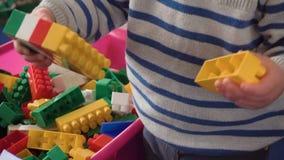 Будьте матерью играть с ее ребёнком в комнате с красочными блоками видеоматериал