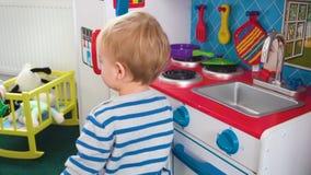 Будьте матерью играть с ее ребёнком в комнате с красочными блоками, шариками, кухней акции видеоматериалы