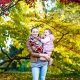 Будьте матерью и ее маленькая дочь на красивом парке осени Стоковая Фотография RF