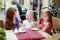 Будьте матерью и ее дочери ослабляя в внешнем кафе Стоковая Фотография RF