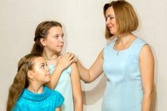 Будьте матерью и ее 2 дочери смотря один другого Стоковая Фотография