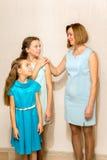 Будьте матерью и ее 2 дочери смотря один другого Стоковая Фотография RF