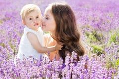 Будьте матерью и ее ребенок девушки в поле лаванды Стоковая Фотография RF