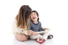 Будьте матерью и ее сын читая книгу совместно Стоковая Фотография RF