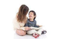 Будьте матерью и ее сын читая книгу совместно Стоковые Фотографии RF