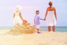 Будьте матерью и 2 дет играют с песком на пляже Стоковое фото RF