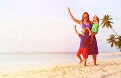 Будьте матерью и 2 дет играя на пляже Стоковые Изображения RF