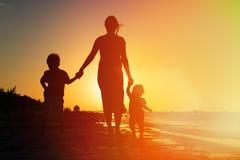 Будьте матерью и 2 дет идя дальше на заход солнца Стоковое Изображение RF