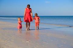 Будьте матерью и 2 дет идя на пляж Стоковые Фотографии RF