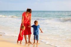 Будьте матерью и 2 дет идя на пляж Стоковое фото RF
