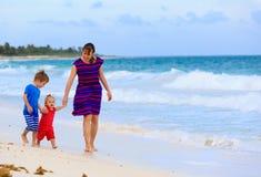 Будьте матерью и 2 дет идя на пляж Стоковые Изображения