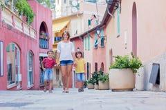 Будьте матерью и 2 дет, идя рука об руку на красочное stre Стоковое Изображение RF