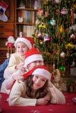 Будьте матерью и 2 дет на ей назад на рождестве Стоковые Фотографии RF