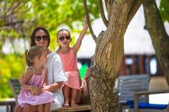Будьте матерью и 2 дет на летних каникулах в экзотическом Стоковые Фотографии RF