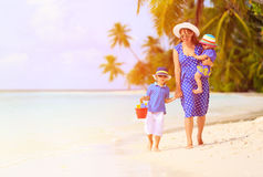 Будьте матерью и 2 дет на идти на пляж Стоковые Изображения